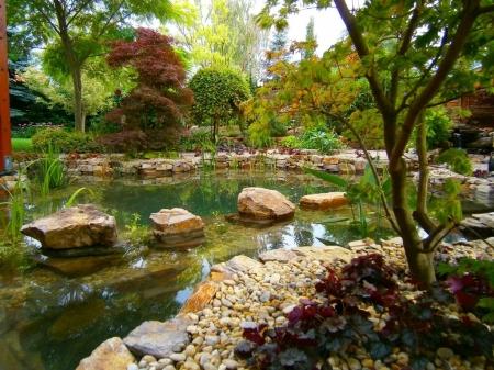 Keleties hangulatú kerti tó
